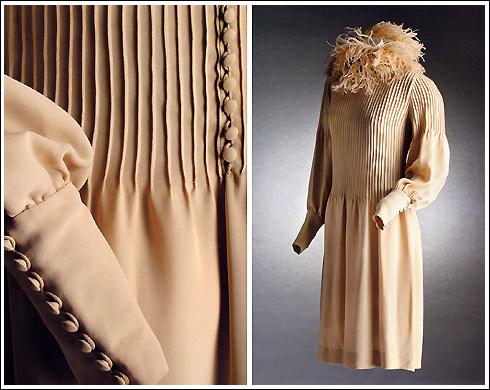 1964 - Vestido en creppe georgette marfil con jaretas y plumas de avestruz