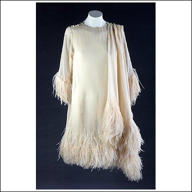 1966 - Vestido en gasa marfil con plumas de avestruz a tono